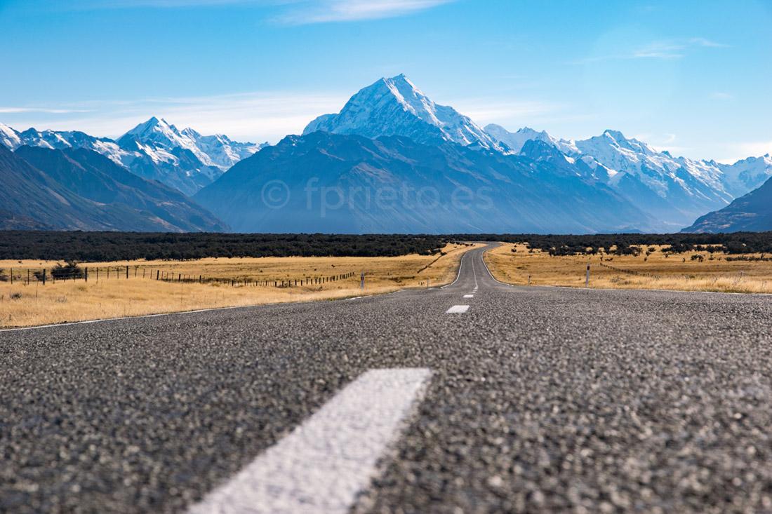 Carretera junto a Lake Pukaki, con el Aoraki - Mont Cook al fondo, Nueva Zelanda.